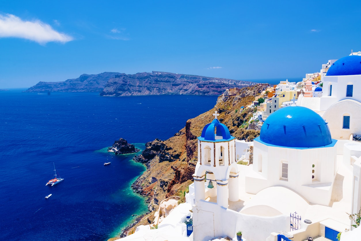trip-to-Santorini : beautiful white houses with blue domes in Santorini